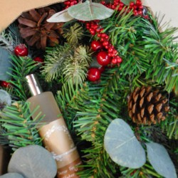 Fragranced Christmas Wreath Pine Cones and Berries 60cm - 17X150
